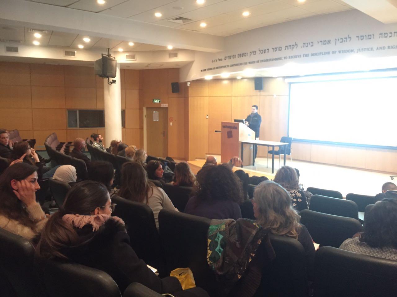 הרצאה של היזם והמנהל גיא יקר בתכנית מנהל עסקים, המכללה האקדמית גליל מערבי
